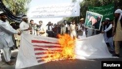 Pamje gjatë djegies së flamurit amerikan në Afganistan (19 shtator 2012)