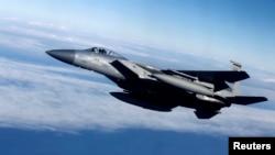 Литва әуе кеңістігінде ұшып жүрген америкалық F-15 әскери ұшағы. (Көрнекі сурет.)