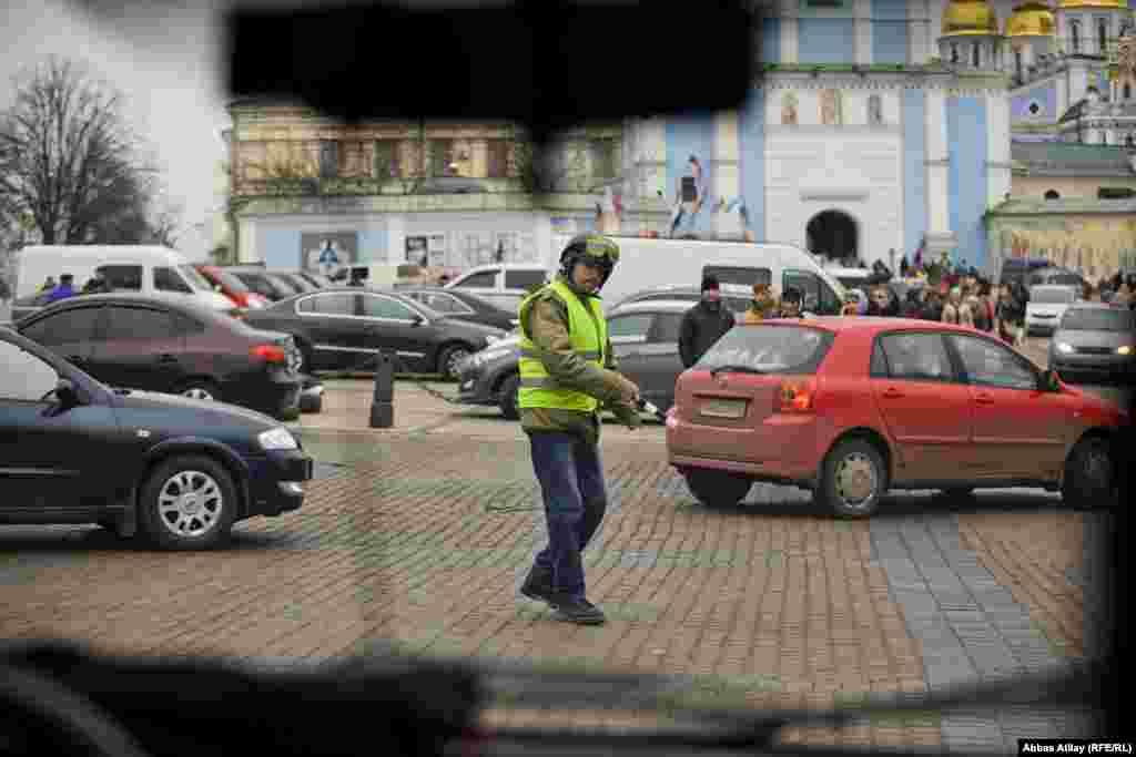 Kiyevdə diqqətimizi çəkən o odur ki, heç bir yerdə polis gözə dəymir. Hətta yolların da tənzimlənməsini könüllü etirazçılar təşkil edir.