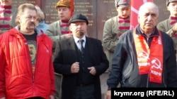 Василий Пархоменко (справа) на митинге в честь 100-летия Октябрьской революции