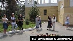 Зоозащитники из Хабаровска на акции против китайского фестиваля поедания собачьего мяса