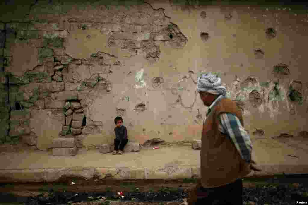"""Краявід пасьля бою паміж ірацкімі праўрадавымі сіламі і баевікамі """"ісламскай дзяржавы"""" на поўдзень ад Мосулу"""