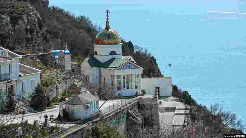 Золотым куполом на солнце мерцает храм великомученика Георгия Победоносца, основное зданиеправославного Свято-Георгиевского мужского монастыря