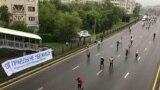 Надпись: «От правды не убежишь» — на баннере вдоль трассы марафона. Алматы, 21 апреля 2019 года.