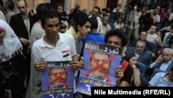 Президент Мохамед Мурсиге каршы плакаттарды кармаган демонстранттар. Каир, 25-июнь 2013