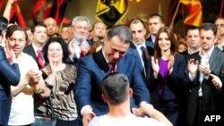 Մակեդոնիայի վարչապետ Նիկոլա Գրուևսկին Սկոպյեի կենտրոնում հանրահավաքի ժամանակ ողջունում է իր աջակիցներին, 18-ը մայիսի, 2015թ․