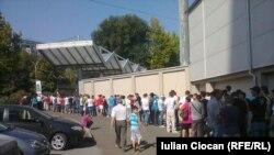 """La intrarea pe stadionul """"Zimbru"""" din Chişinău"""