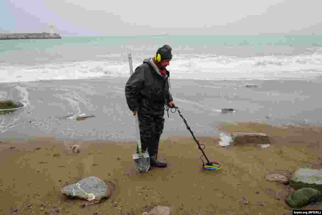 Ще більше не звертав уваги на роззяв, а також на хвилі місцевий шукач морських скарбів. Він спеціальною лопатою й металошукачем ретельно «пропрацьовував» берег метр за метром. Не секрет, що шукає чоловік: ювелірні прикраси й інші цінності, які під час штормів нерідко викидає на пляж