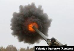 Український військовий під час пострілу самохідної гаубиці 2С7 «Піон» на полігоні на Київщині, 21 жовтня 2016 року