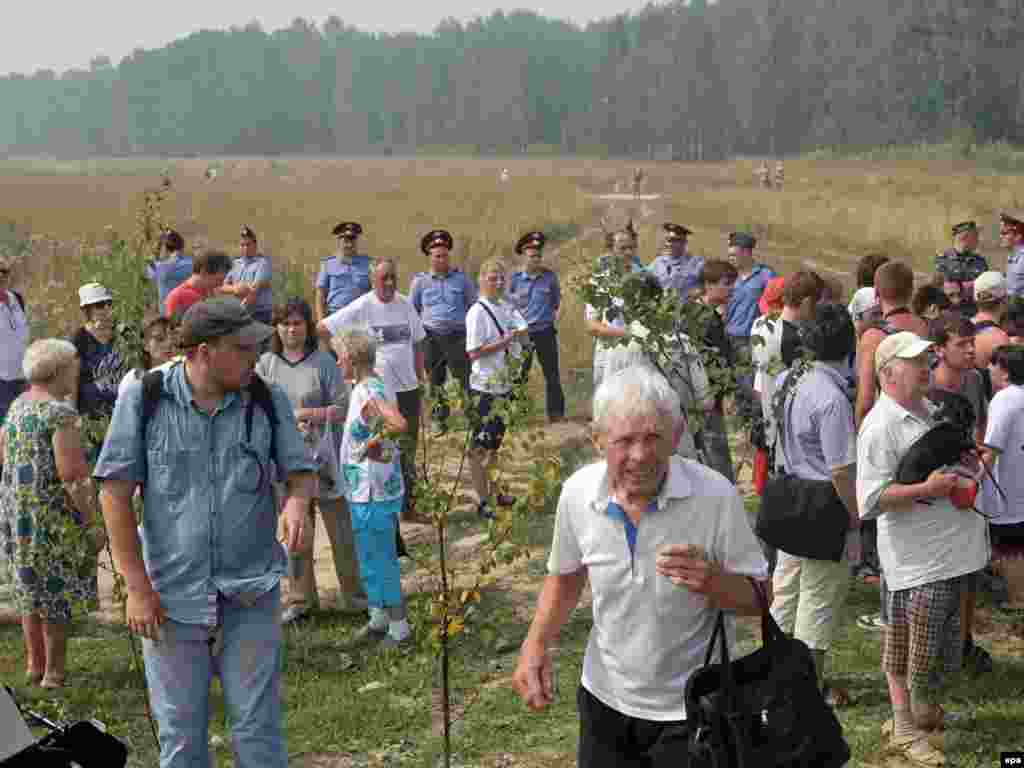 Surrounded by police officers, activist gather to protest against the destruction of the Khimki Forest on August 2.