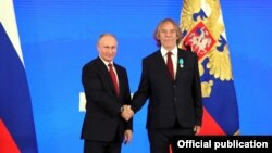 Владимир Путин вручает медаль Пушкина Яромиру Ногавице