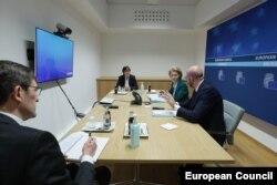 Ursula von der Leyen și Charles Michel într-o videoconferință G7