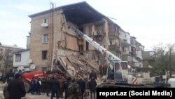 У обрушившейся части жилого четырехэтажного дома в азербайджанском городе Гянджа. 20 ноября 2018 года.