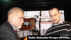 Sin Gorana Čengića prima nagradu koju mu je predao bivši predsjednik Hrvatske Stjepan Mesić.