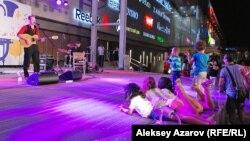 Дети на сцене смотрят на выступление французской группы «Stabar». Алматы, 20 июня 2015 года.