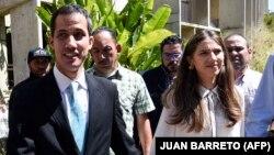 Венесуэла оппозициясының лидері Хуан Гуайдо жұбайы Фабиана Розалеспен бірге. Каракас, 31 қаңтар 2019 жыл.