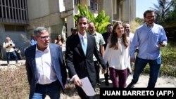 Juan Guaido (ortada) həyat yoldaşı Fabiana Rosales (sağdan ikinci) Karakas universitetinə gəlir, 31 yanvar, 2019-cu il