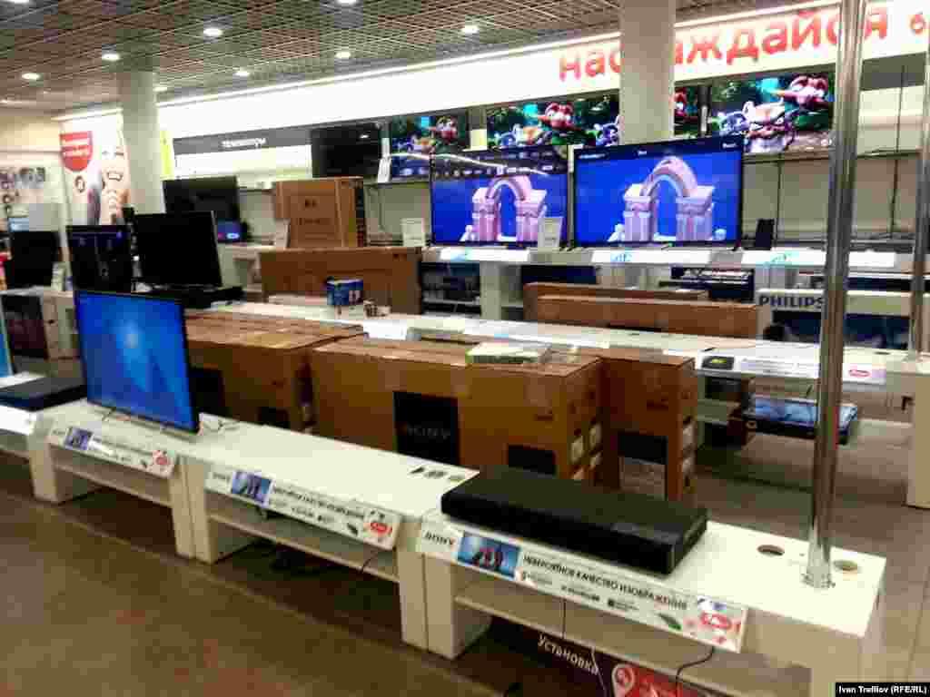 Утро 18 декабря, другой магазин той же торговой сети, работающий круглосуточно. Многие полки и выставочные стеллажи уже пусты