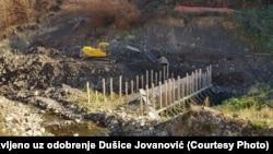 Bager na Rakitskoj reci gde se gradi mala hidroelektrana čemu se meštani protive, arhivska fotografija (ilustracija)