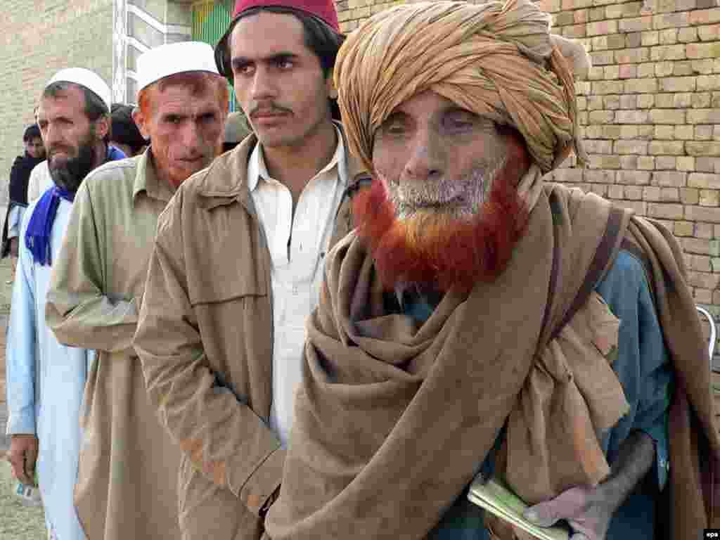 Пакистан. Переміщені з Південного Вазиристану чекають, щоб отримати екстрену допомогу у таборі Дера Ісмаїл Хан - 80 000 осіб були переміщені від травня з Південного Вазиристану, де пакистанські війська ведуть наземну військову операцію проти талібів і повстанців «Аль-Каїди»Photo by Saood Rehman for epa