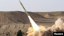 """Эроннинг """"ер-ер"""" русумидаги қисқа масофага учадиган """"Фотих-110"""" ракетаси."""