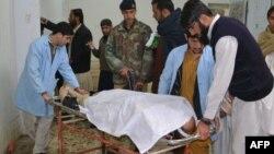 Пакистанские врачи увозят тело погибшего. Иллюстративное фото.
