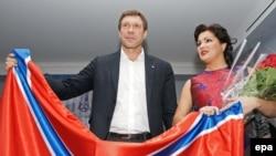 Оперная певица Анна Нетребко и один из лидеров пророссийских сепаратистов Олег Царев позируют с флагом Новороссии. Санкт-Петербург, 8 декабря 2014 года.