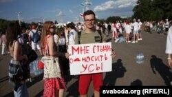 Кіт, ходулі та прикольні плакати: креатив на протестах у Білорусі (фотогалерея)