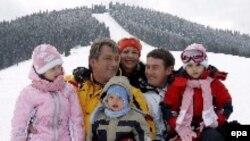 Минувшую неделю Виктор Ющенко посвятил не политическим баталиям, а семейному отдыху в горах на западе Украины