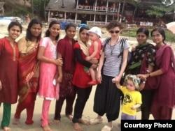 Ірена Карпа з доньками в Індії