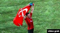 Джавид Гусейнов с турецким флагом после матча с кипрской командой