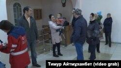 """Үлескерлер """"Жағалау"""" тұрғын үй салу кооперативінің кеңсесіне барып, ақшаларын қайтаруды талап етіп тұр. Астана, 11 қазан 2018 жыл."""