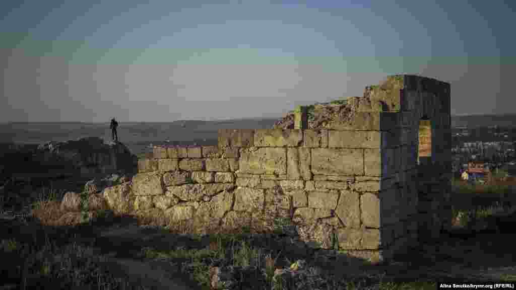 В середине 6 века до н.э. греческие полисы на обоих берегах Керченского пролива объединились вокруг Пантикапея, чтобы противостоять скифской угрозе. Меньше чем через столетие на основе этого союза возникло Боспорское царство, столицей которого, разумеется, стал Пантикапей