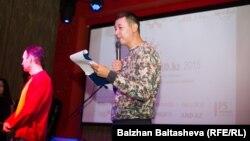 Блогер Әлішер Елікбаев Алматыда презентация өткізіп жатыр. (Көрнекі сурет)