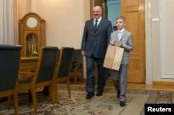 Александр Лукашенко с сыном Николаем в Киеве в день инаугурации президента Украины Петра Порошенко