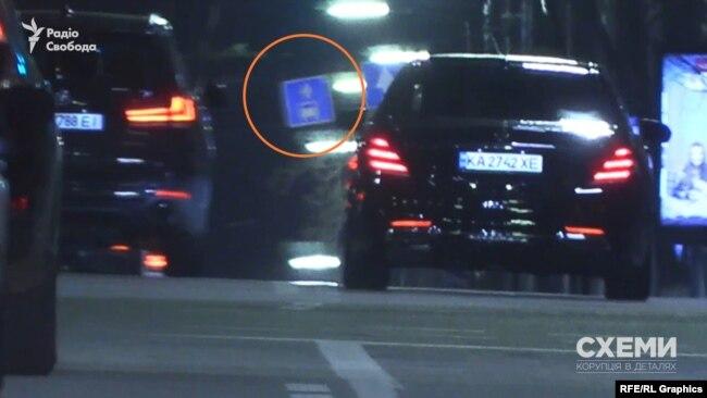 Також примітно, що кілька місяців тому в авта Mercedes, яким користувався Єрмак, був інший номер