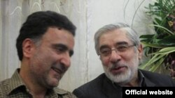 مصطفی تاج زاده (چپ) همراه با میر حسین موسوی
