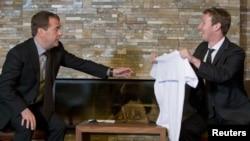 Марк Цукерберг Русия премьер-министры Дмитрий Медведевка футболка бүләк итә. Мәскәү, 1 октябрь 2012