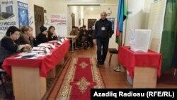 Избирательная комиссия на участке во время голосования на выборах в парламент Азербайджана. 1 ноября 2015 года.