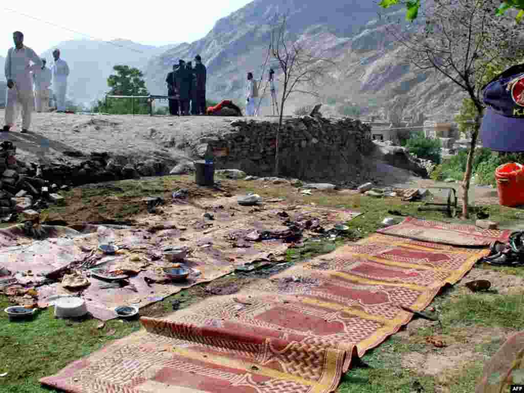 Террорист-смертник убил более 20 полицейских, взорвав бомбу в пакистанском Торкхаме, что на границе в Афганистаном