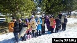 Таулы авылы балалары үзләре ясаган кош оялары белән