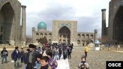 Дом-музей Садриддина Айни расположен недалеко от площади и ансамбля Регистан