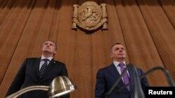 Премьер-министр Крыма Сергей Аксенов (слева) и спикер парламента Владимир Константинов на заседании Госсовета. Симферополь, 11 апреля 2014 года.