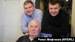 Три поколения Попадейкиных: Леонид Прокопьевич (сидит), Петр Леонидович и Артем Петрович (стоят слева направо)
