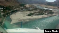 Вид на взлетную полосу аэропорта города Хорог из кабины пилотов вертолета МИ-8