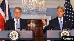 Філіп Гаммонд (л) і Джон Керрі (п) на прес-конференції у Вашингтоні, 8 жовтня 2014 року