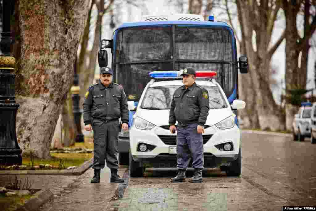 İsmayıllının mərkəzini nəzarət altında saxlayan Çevik Alay Polis dəstəsi