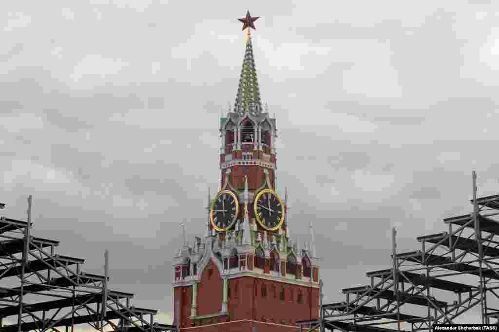 A view of the Spasskaya Tower during assembly work in Red Square. Moscow. (TASS/Alexander Shcherbak)