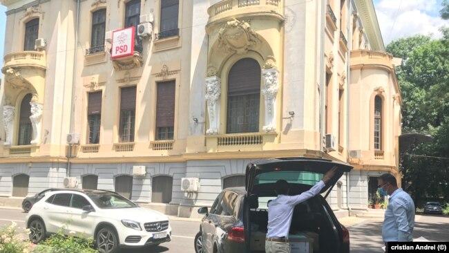 Cutiile cu acte sunt scoase din mașina Biroului Executorului Judecătoresc