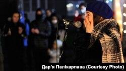 Паэтка Ганна Комар падчас вулічнага выступленьня